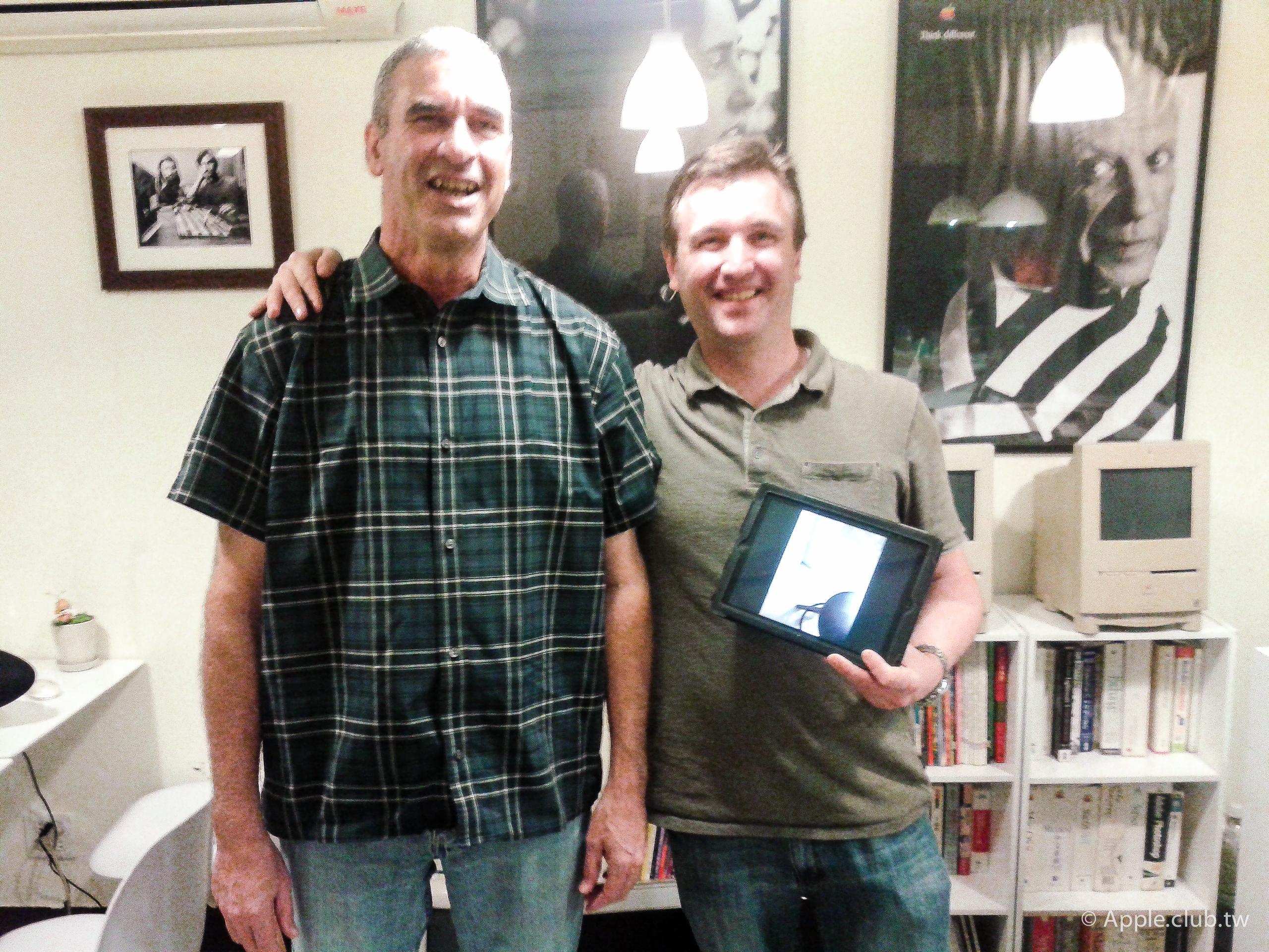 MR. CHRISTOPHER取件時很開心的與父親和iPad合影