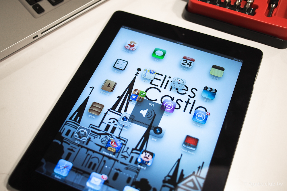 實在難以想像,寶特瓶可以把iPad外殼擠壓至變形